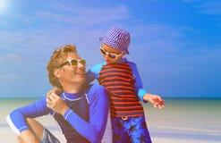 El padre y el pequeño hijo que hablan el verano varan Imagen de archivo