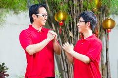 El padre y el hijo celebran Año Nuevo chino imágenes de archivo libres de regalías