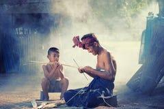 El padre y el hijo de Tailandia están trabajando el bambú hecho a mano de la cesta o f foto de archivo