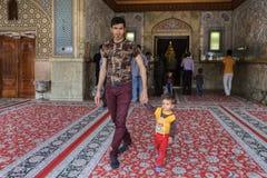 El padre y el hijo salen de la mezquita después de rezo, Shiraz, Irán Fotos de archivo libres de regalías