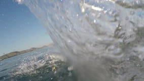 El padre y el hijo saltan en agua de mar del embarcadero almacen de video