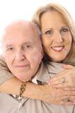 El padre y la hija abrazan vertical