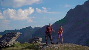 El padre y la hija están viajando en las montañas