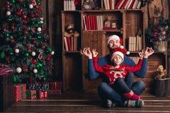El padre y la hija se divierten en la Navidad fotografía de archivo