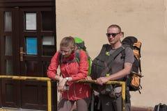El padre y la hija wating para el tren en la pequeña estación de tren i Fotos de archivo