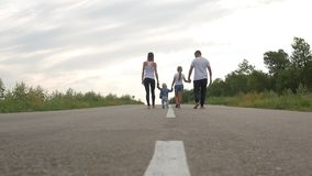 El padre y la madre con los niños van en el camino en campo, viaje, turismo, alza y concepto de la gente almacen de metraje de vídeo