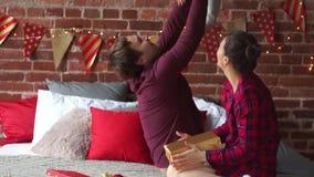 El padre y la madre juega alegre con la pequeña hija almacen de video