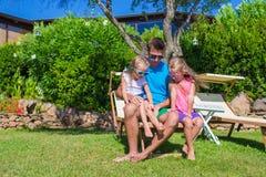 El padre y los niños en la playa tropical vacation teniendo Fotos de archivo libres de regalías
