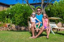 El padre y los niños en la playa tropical vacation teniendo Imagen de archivo libre de regalías