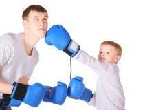 El padre y su hijo es boxeo con los guantes de boxeo Imagen de archivo