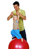 El padre y su niño está jugando Imagenes de archivo