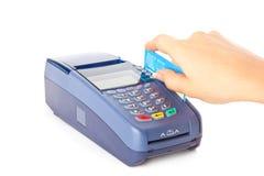 El pagar con de la tarjeta de crédito fotografía de archivo libre de regalías