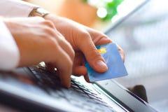 El pagar con de la tarjeta de crédito Foto de archivo libre de regalías