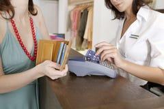 El pagar con la tarjeta Imágenes de archivo libres de regalías