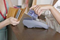 El pagar con la tarjeta Imagenes de archivo