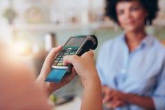 El pagar el jugo del lector de la tarjeta de crédito Foto de archivo libre de regalías