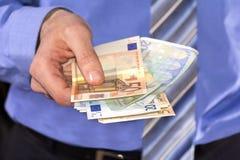 El pagar en euros fotos de archivo
