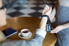 El pagar por el smartwatch foto de archivo