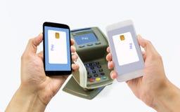 El pagar por el teléfono móvil foto de archivo