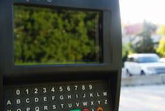 El pago de la multa de aparcamiento trabaja a máquina el parquímetro Fotos de archivo