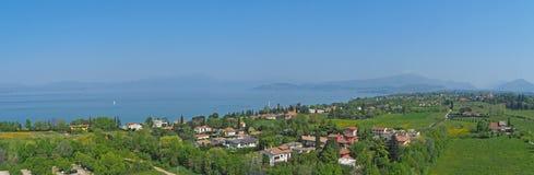 El paisaje aéreo del lago Garda y sus prados azules del agua de las colinas y verdes ponen en contraste Fotografía de archivo