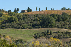 El paisaje alrededor de la abadía Románica de Sant Antimo es un monasterio benedictino anterior en el comune de Montalcino Fotos de archivo