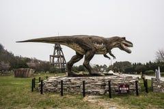 El paisaje alrededor del museo geológico de Jinjinzi en Changxing, Zhejiang Modelo del dinosaurio imágenes de archivo libres de regalías