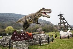 El paisaje alrededor del museo geológico de Jinjinzi en Changxing, Zhejiang Modelo del dinosaurio foto de archivo