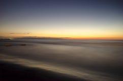 El paisaje ardiente hermoso de la puesta del sol en el mar Caspio y el cielo anaranjado sobre él con la reflexión de oro del sol  Imagenes de archivo