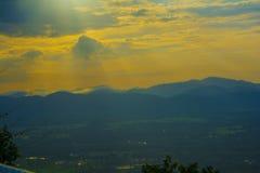 El paisaje asombroso de la puesta del sol hermosa por la tarde en el Pha Tak demanda el provice Tailandia de NongKhai Fotografía de archivo