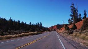 El paisaje asombroso en el barranco rojo en Utah - conducción del POV almacen de metraje de vídeo