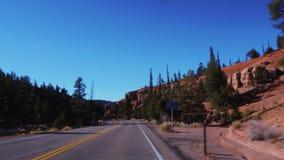 El paisaje asombroso en el barranco rojo en Utah - conducción del POV metrajes