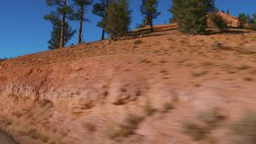 El paisaje asombroso en el barranco rojo en Utah - conducción del POV almacen de video