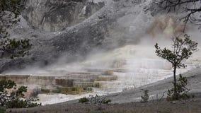 El paisaje asombroso 4k tiró de día nublado tórrido de la montaña rocosa del géiser de Yellowstone almacen de video