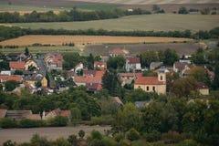 El paisaje checo nombró Chlumcany Toscana con el pueblo de Chlumcany en el otoño del principio el 22 de septiembre de 2018 en la  foto de archivo