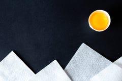 El paisaje compuso de huevos quebrados, de perejil y de servilletas blancas Foto de archivo