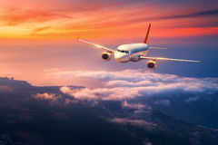 El paisaje con el aeroplano blanco grande está volando en el cielo fotografía de archivo libre de regalías