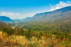 El paisaje con la montaña y los árboles adentro bolaven la meseta, Laos fotografía de archivo