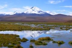 El paisaje de Chile septentrional con las montañas y los volcanes, desierto de Atacama, Chile de los Andes foto de archivo libre de regalías