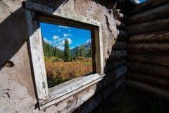 El paisaje de Colorado enmarcado en cabina vieja del capítulo de ventana arruina cerca de C Fotografía de archivo