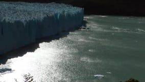 El paisaje de la Argentina de los icebergs nevosos del glaciar de las montañas en sol irradia