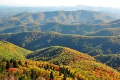 El paisaje de la caída de las montañas apalaches en el tribunal del ` s del diablo pasa por alto en Ridge Parkway azul en el NC Foto de archivo libre de regalías