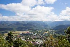 El paisaje de la ciudad de Mae Hong Son, de Chong Kham Lake, del aeropuerto y de colinas boscosas de Birmania según lo visto de W fotos de archivo