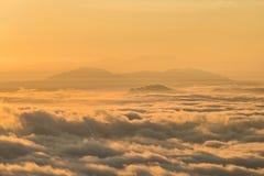 El paisaje de la mañana con la niebla y la nube cubrió las montañas en Myanmar Imagenes de archivo