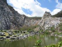 El paisaje de la montaña de las montañas se nubla la religión Buddh Fotos de archivo