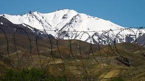 El paisaje de la nieve capsuló las montañas, las dunas de arena y el alambre de púas almacen de video