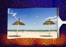 El paisaje de la playa en lluvia limpió el vidrio mojado Imagenes de archivo