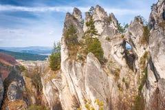 El paisaje de la primavera, el Sulov oscila con la puerta gótica, Eslovaquia Imágenes de archivo libres de regalías