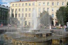 El paisaje de la vieja parte de la ciudad de Lviv en Ucrania occidental: edificios históricos, catedrales, monumentos arquitectón Imágenes de archivo libres de regalías