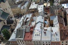 El paisaje de la vieja parte de la ciudad de Lviv en Ucrania occidental: edificios históricos, catedrales, monumentos arquitectón Imagen de archivo libre de regalías